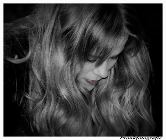 bw coulor singer woman