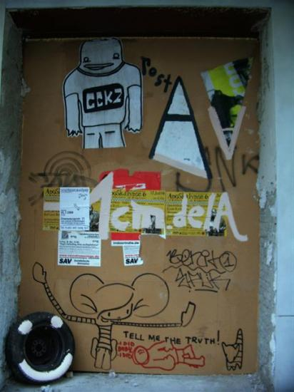postA beside a fost poster -_- Berlin 9.2004