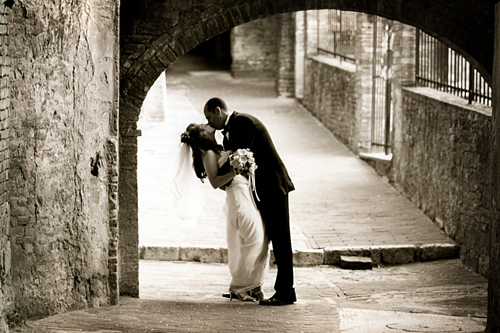 wedding kiss Italy Siena BW Sepia Love Honeymoon