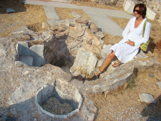 ancient roman toilet ruins