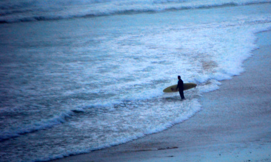 54 degree water brave solo surfer
