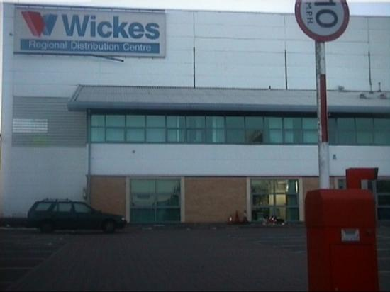 Wickes DIY Buncefield Fuel Depot Explosion Pool hemelexplosion wow fire