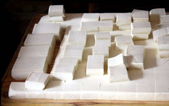Plain tofu. In Chinese it is 豆腐 (dòu fǔ). Tofu is the Japanese. There are many varieties.