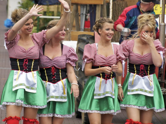 dirndl girls carnaval zelhem septemberfeesten social event girls peito cleavage