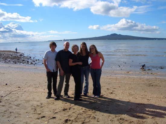 at last - ein family foto vor rangitoto am strand von mission bay. von links: jonathan, richard, ...