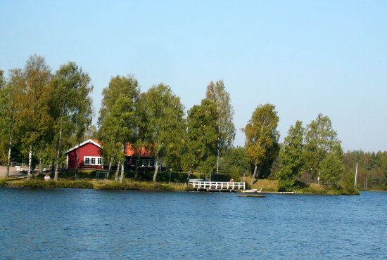 cute swedish view, taken today, see no automn yet:-))