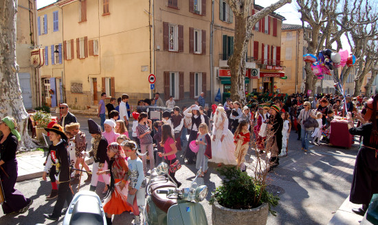 communityfriday parade cotignac provence