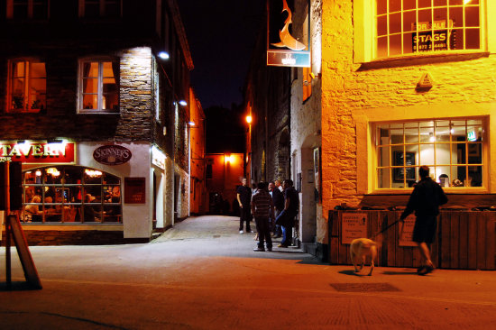 pub night low light drinkers Mevagissey quay inn