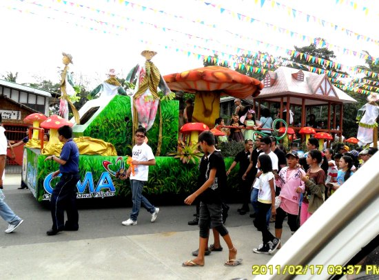 ylleah jjean rosado dwarfina parade bayawan city float mask GMA kapuso stars