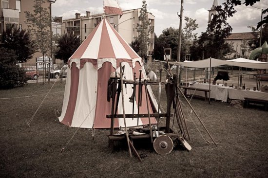 medioevo falco elmo tenda giochi templari Middle Ages hawk helmet tent games