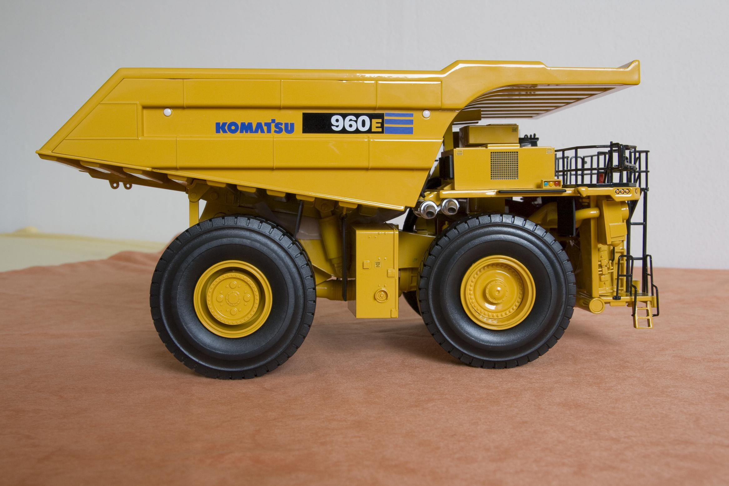 komatsu guys Your company looks after you, i get smoko when the komatsu guys come and fuel it and give it the once over then at lunch time another operator hot seats it,.