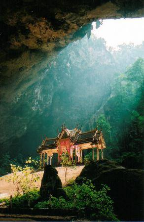 The tempolary quarters for the King inside Phrayanakorn Cave.