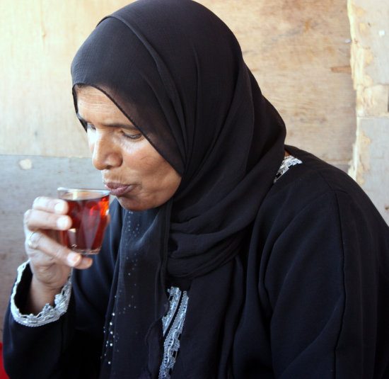 bedouin lady sip tea