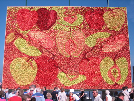 apple art Kivik 105 squaremeter 4Ton yellow red green September 2006