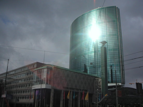 centre city building facade glass reflection beurs rotterdam sun