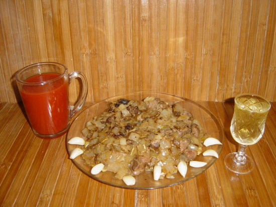 Fried onion liver and fresh tomato juice